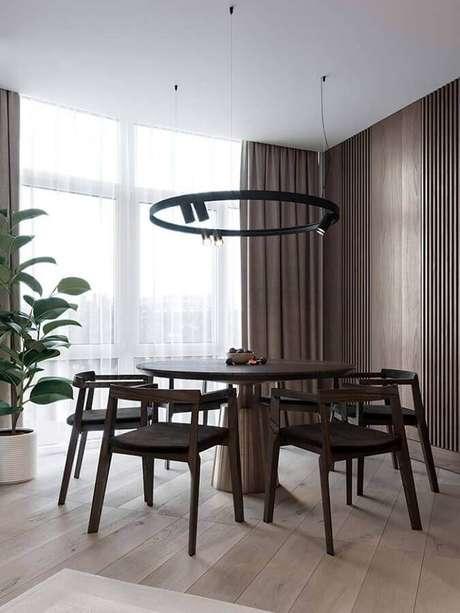 39. Decoração moderna com cadeiras de madeira para mesa de jantar redonda – Foto: Behance