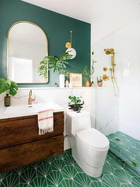 3. Banheiro com parede verde e piso branco e verde – Foto Domino