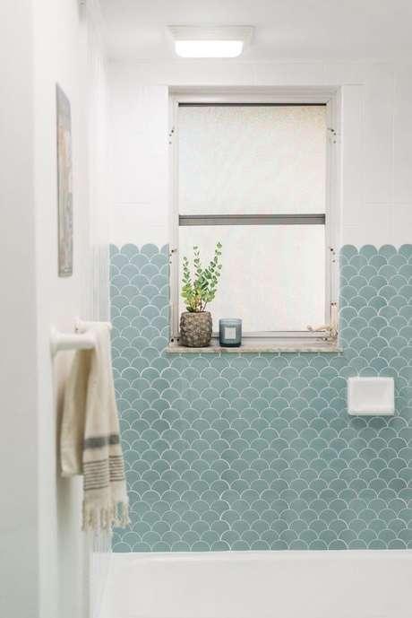 65. Banheiro com revestimento verde água e branco – Foto Sweet Teal