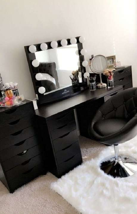 20. Cadeira para penteadeira preta com assento estofado. Fonte: Pinterest