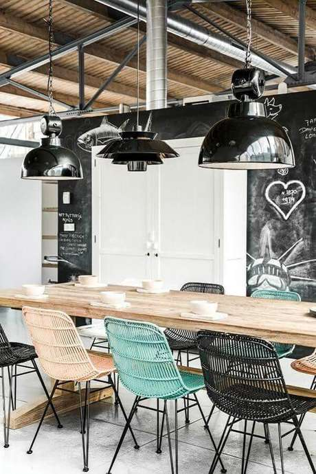 44. Sala simples decorada com cadeiras diferentes para mesa de jantar de madeira – Foto: Archzine