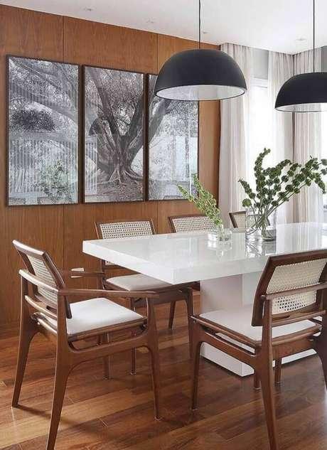 15. A cadeira com braço para mesa de jantar garante muito mais conforto ao ambiente – Foto: Jeito de Casa