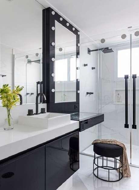 40. Penteadeira preta com LED foi estrutura na área do banheiro. Fonte: Revista Vasa e Jardim