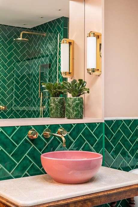12. Revestimento verde para banheiro rosa moderno – Foto Pufik Homes
