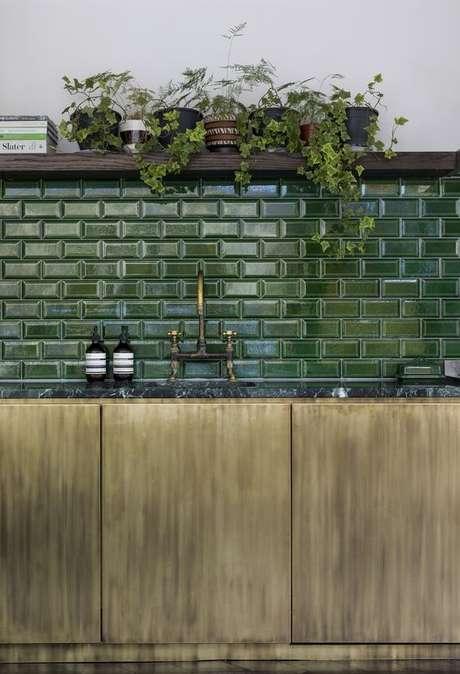 7. Cozinha moderna com revestimento verde escuro – Foto Bert e May