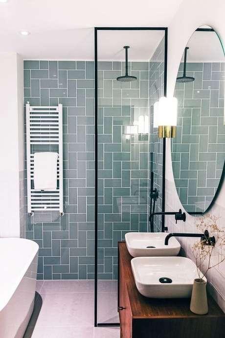 5. Banheiro com revestimento geométrico verde água – Foto Revista Casa e Jardim