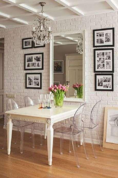 52. Sala de jantar branca decora da com espelho de parede e cadeiras para mesa de jantar de acrílico – Foto: Pinterest