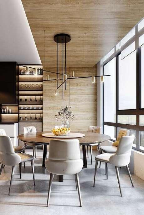 57. Sala de jantar amadeirada decorada com cadeiras estofadas para mesa de jantar modernas – Foto: Lolafá