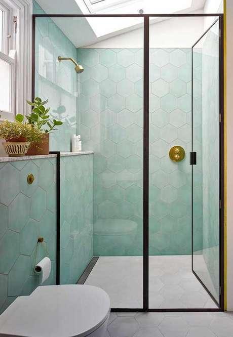 39. Revestimento verde água no banheiro branco e preto – Foto Decor Facil