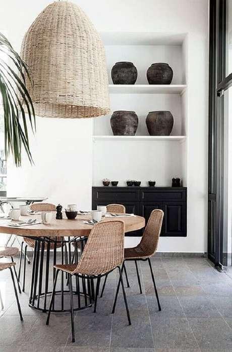 49. Modelo rústico de cadeiras para mesa de jantar redonda – Foto: Pinterest