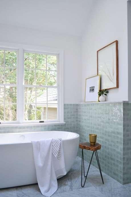 63. Banheiro com banheira e revestimento verde claro – Foto Doris Leslie Blau