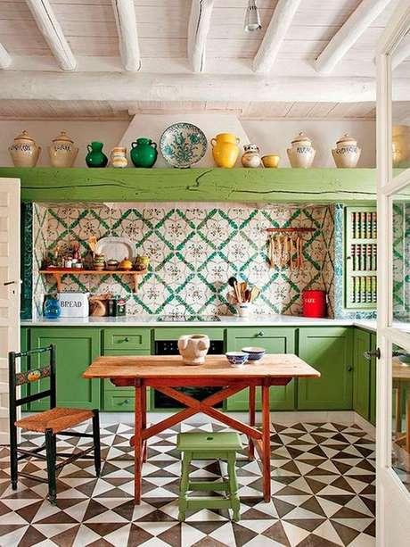 29. Cozinha vintage com revestimento verde floral – Foto Casa Vogue