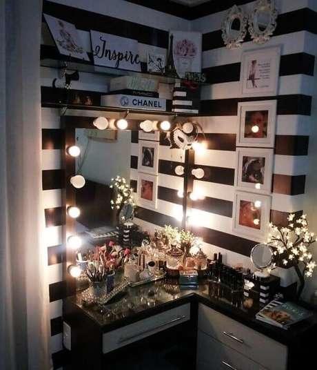 25. Modelo de penteadeira camarim preta decora o ambiente. Fonte: Meu APTO 401