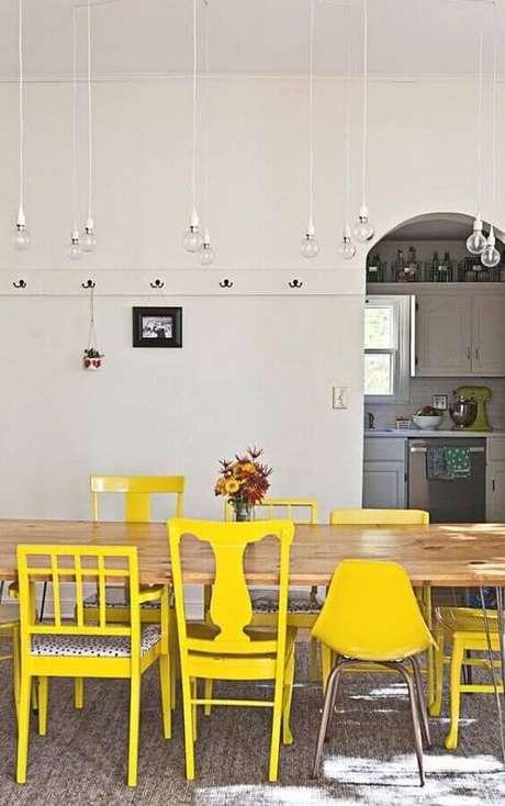 42. Decoração de sala branca com cadeiras diferentes para mesa de jantar amarelas – Foto: Pinterest