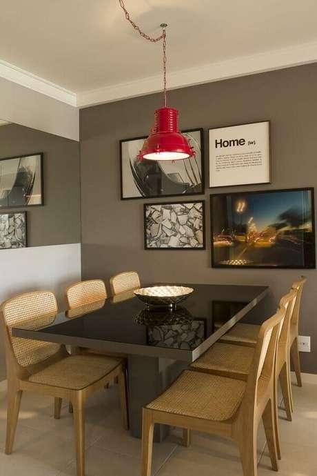 74. Sala decorada com luminária pendente vermelha e cadeiras de madeira para mesa de jantar – Foto: Muito Chique
