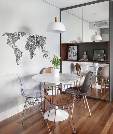 24. Sala simples decorada com luminária branca e cadeiras diferentes para mesa de jantar redonda – Foto: Pinterest