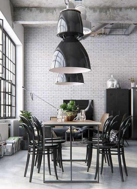 38. Decoração estilo industrial com cadeiras para mesa de jantar preta – Foto: Behance
