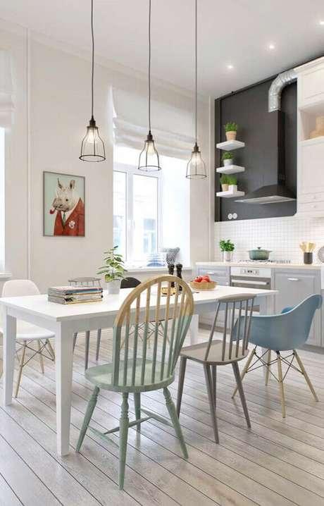58. Decoração clean para sala com diferentes modelos de cadeiras para mesa de jantar – Foto: Pinterest