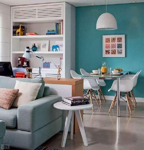 69. Sala de jantar integrada com sala de estar decorada com cadeira branca para mesa de jantar – Foto: Minha Casa