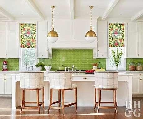 19. Cozinha americana verde com armários brancos – Foto BHG