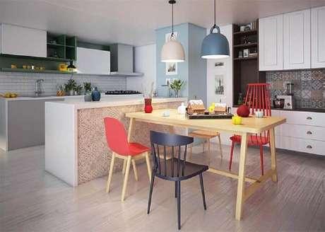9. Decoração simples com modelos diferentes de cadeiras coloridas para mesa de jantar – Foto: Pinterest
