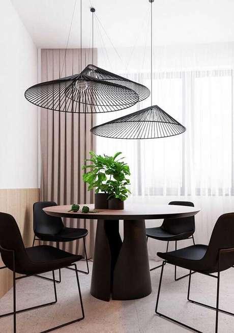 22. Decoração com luminária moderna e cadeiras para mesa de jantar preta – Foto: Andreas Móveis