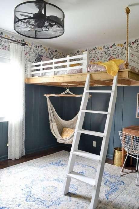 26. O balanço deixa a decoração ainda mais divertida no quarto com cama suspensa mezanino. Fonte: Pinterest