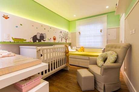 39. O puff estreito ajuda a preservar o espaço de circulação do quarto de menino. Projeto por By Arquitetura.