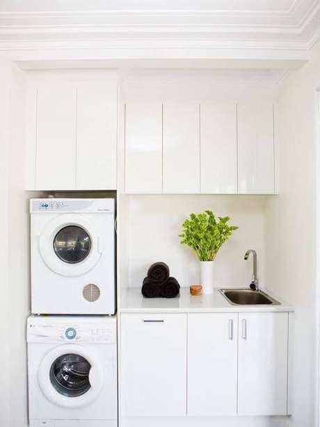 25. Lavanderia simples com armários planejados e brancos – Foto Pinterest