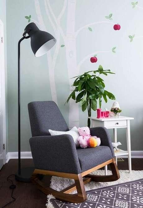 70. Poltrona de amamentação cinza escuro para decoração de quarto de bebê com luminária de piso – Foto: Houzz