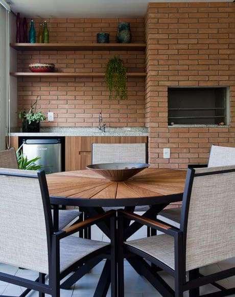 14. Churrasqueira de tijolinho pequena na varanda gourmet – Foto Pinterest