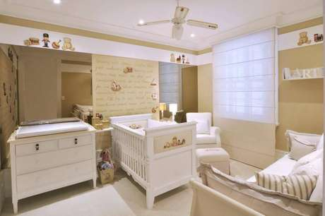 37. A poltrona de amamentação pode ficar no cantinho mais tranquilo do quarto de bebê. Projeto por Lucia Tacla.