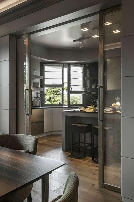 53. Porta de correr para sala e cozinha modernas em tons escuros – Foto Urbana