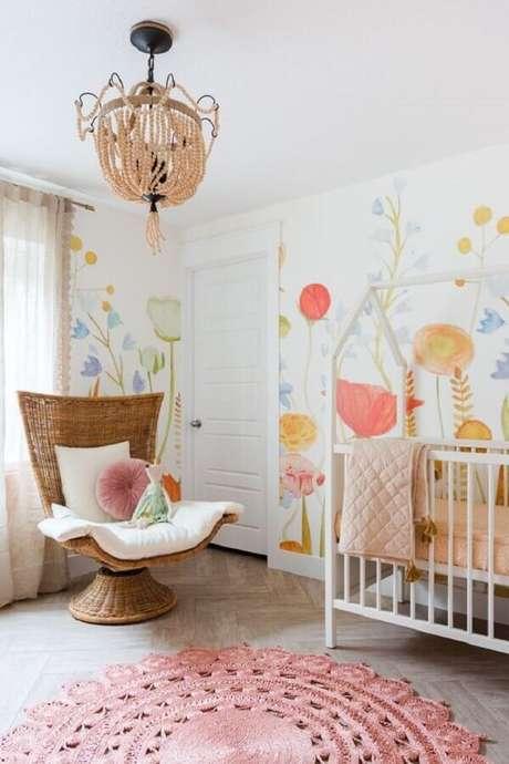 5. Poltrona de amamentação diferente para quarto de bebê decorado com papel de parede floral – Foto: Anewall Decor