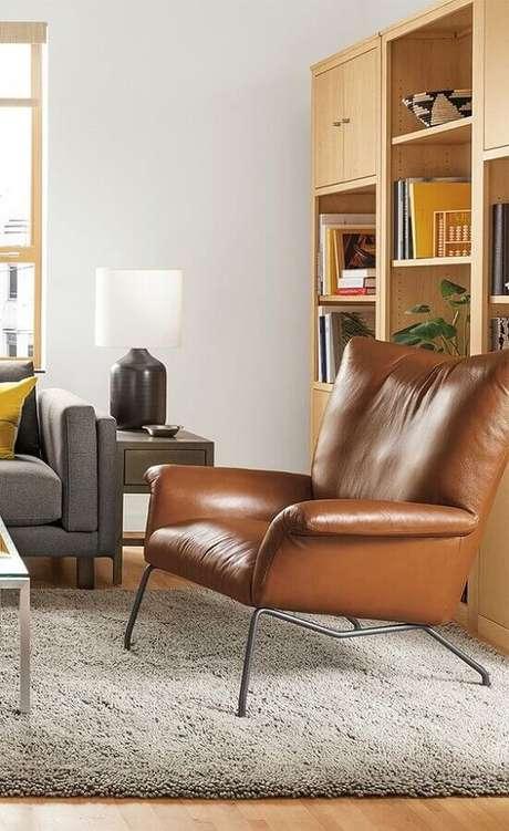 46. Sala de estar decorada com sofá cinza e poltrona marrom moderna – Foto: Room & Board