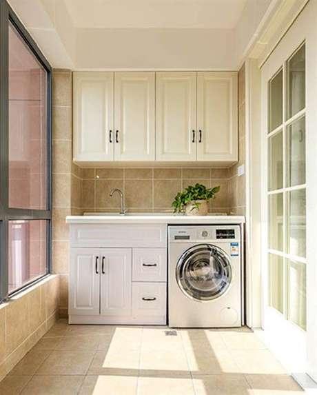 9. Área gourmet com lavanderia planejada em tons claros – Foto Recommend