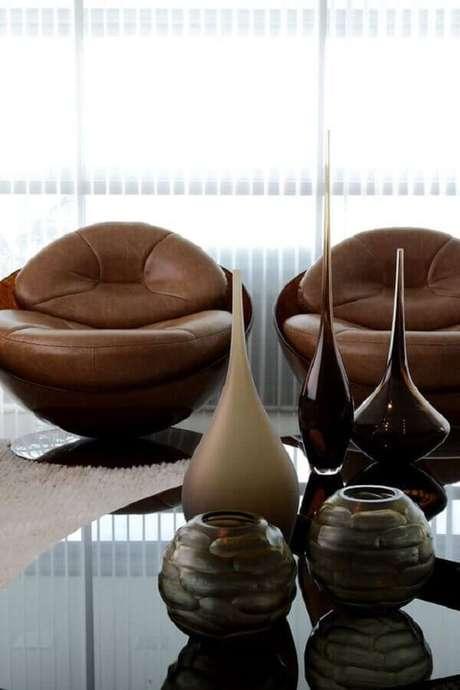 3. Decoração de sala com poltrona marrom escura moderna – Foto: Pinterest