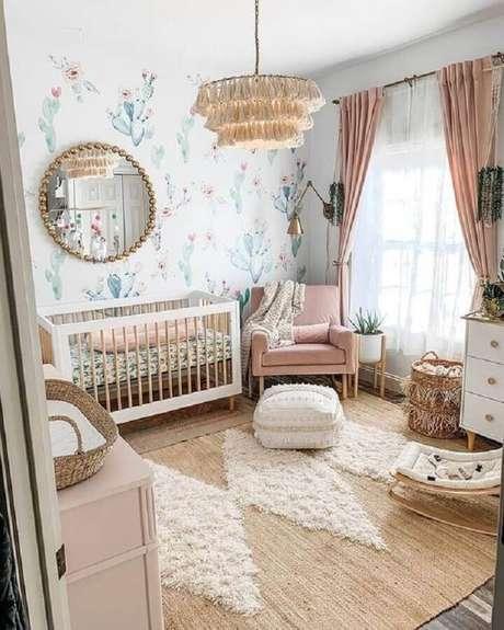 72. Quarto de bebê decorado com tapete sisal e poltrona de amamentação rosa – Foto: Arkpad