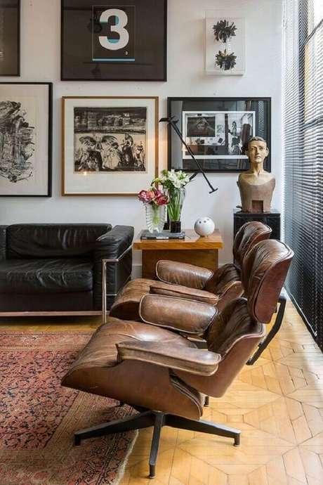 42. Decoração para sala de estar com sofá de couro preto e poltrona marrom escuro – Foto: Casa de Valentina