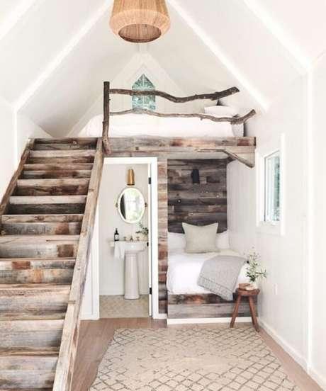 35. Decoração rústica em madeira com cama mezanino. Fonte: Pinterest