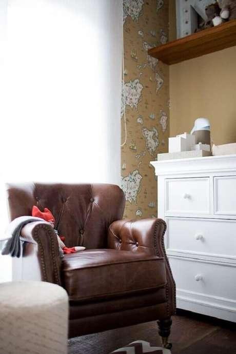 4. Decoração de quarto de bebê com poltrona marrom escura clássica – Foto: Pinterest