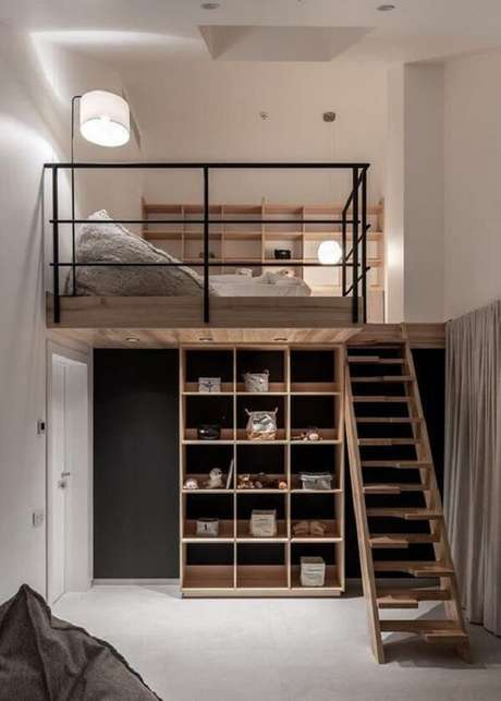 30. Fuja do tradicional e opte por escadas com design diferenciado que dão acesso a sua cama mezanino. Fonte: Pinterest