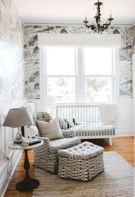 62. Decoração simples para quarto de bebê branco com poltrona de amamentação com puff estampado – Foto: Pinterest