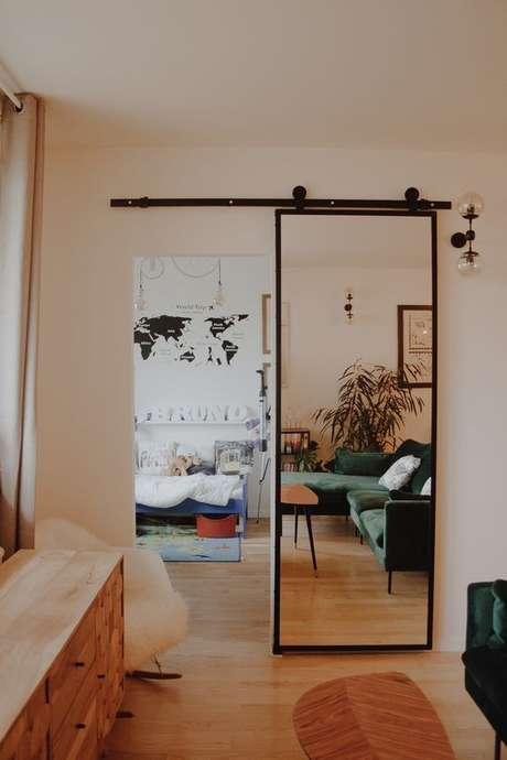 27. Porta de correr para sala com espelho – Foto Arkpad