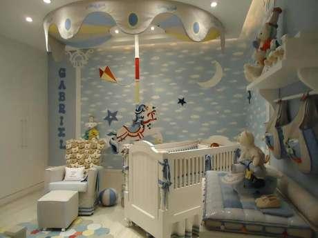 6. A poltrona de amamentação com puff garante conforto e beleza para o quarto de menino. Projeto por Andrea Bento.