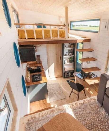 50. A escada flutuante de madeira leva os moradores a cama mezanino. Fonte: Pinterest