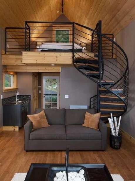 53. A escada em caracol leva os moradores até a cama mezanino casal. Fonte: Revista VD