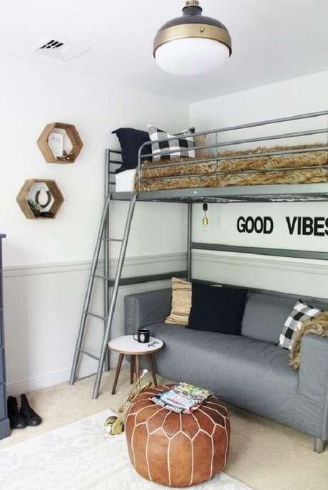 20. O sofá foi posicionado embaixo da cama mezanino solteiro. Fonte: Pinterest