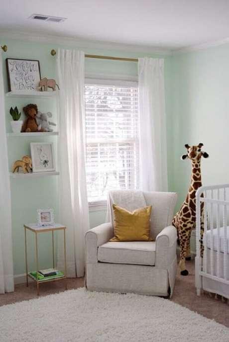 49. Decoração simples para quarto de bebê com poltrona de amamentação bege – Foto: Pinterest