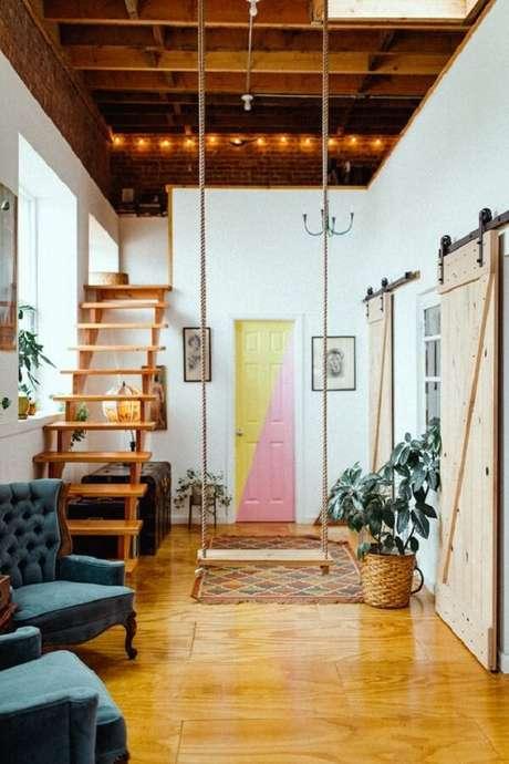 33. Escada de madeira discreta leva os moradores a cama mezanino. Fonte: Pinterest